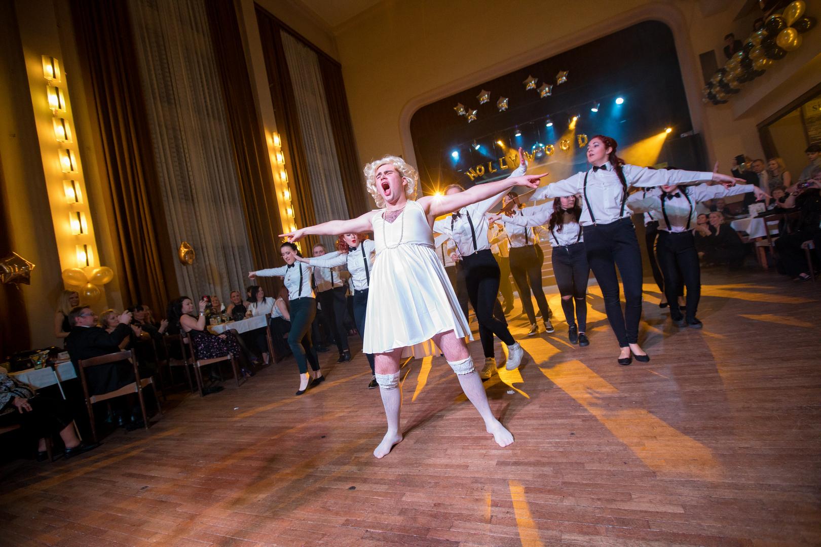 Maturanti třídy H4 si při Hollywoodském plese vyzvedli své Oskary